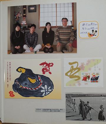 毎年同じ場所で撮った家族写真をアルバムへ綴じる